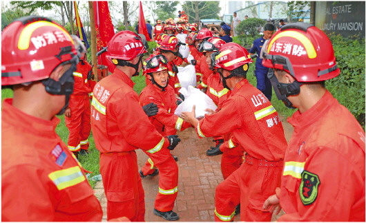 山东消防指战员在封堵碧水河决口。(□记者 赵丰 王红军 报道)