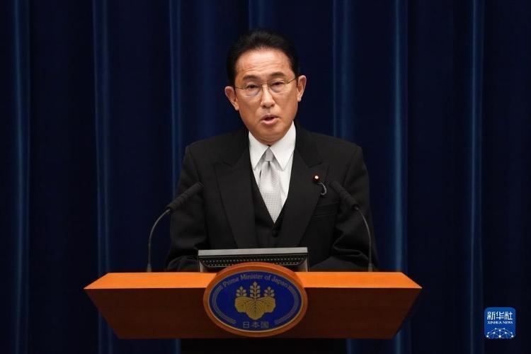 10月4日,日本首相岸田文雄在日本东京首相官邸召开记者会。岸田文雄在记者会上宣布,将于14日解散众议院,于本月31日进行下届众议院选举投票。新华社发(Pool图片/花井亨摄)
